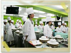 製菓実習の授業の様子