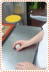 チーズのパン生地を作っています